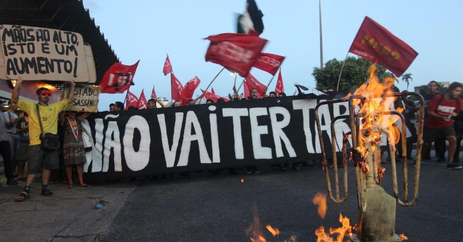 26.jan.2016 - Catraca é queimada por manifestantes durante protesto contra aumento das tarifas do transporte no Rio de Janeiro. MPL realiza ato que partiu da região da Candelária