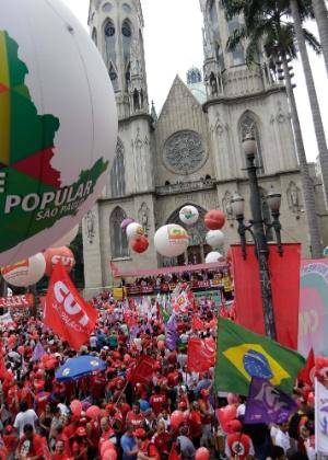 Manifestantes se reúnem na frente da Catedral da Sé, em São Paulo, para ato em defesa do governo