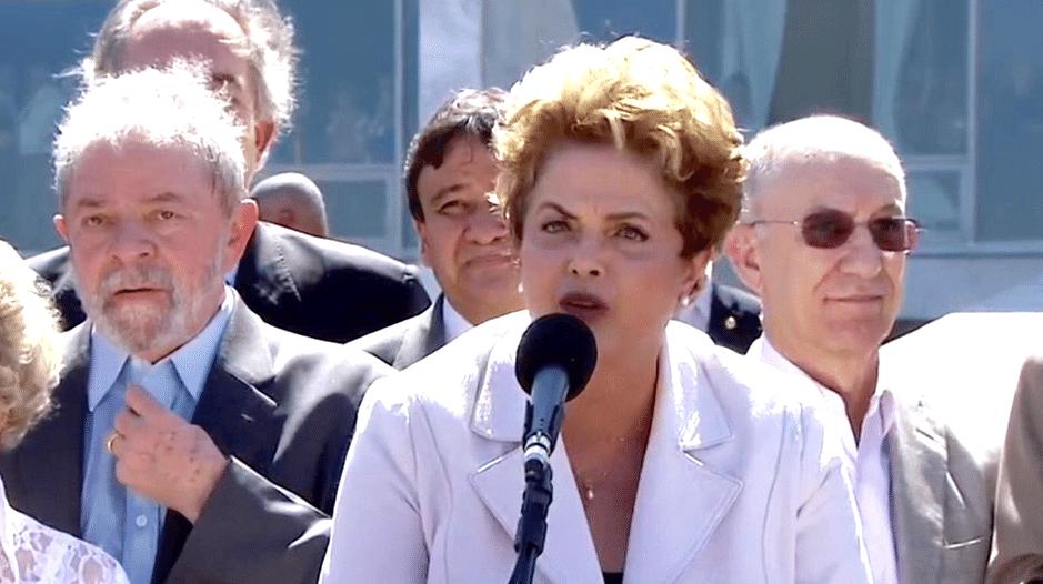 12.mai.2016 - O ex-presidente Luiz Inácio Lula da Silva acompanha o discurso da presidente afastada Dilma Rousseff, em Brasília