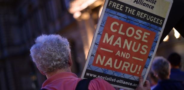 30.abr.2016 - Manifestante protesta contra os campos de refugiados mantidos pela Austrália nas ilhas de Nauru e de Manus, no Pacífico, em Sydney