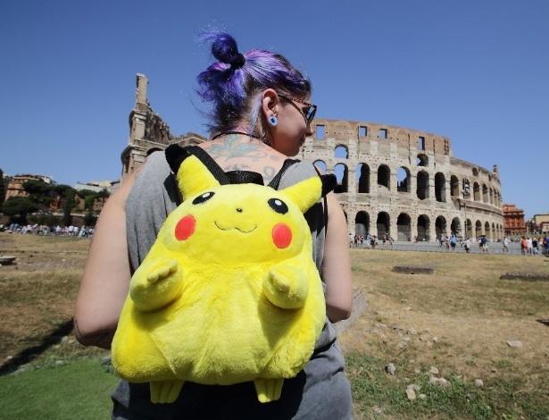 13.ago.2016 - Uma menina exibe uma mochila do Pikachu durante um rally de Pokemon Go, no Coliseu, em Roma, na Itália