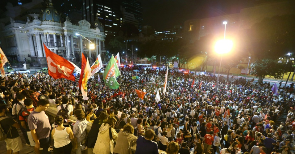 31.ago.2016 - Manifestantes protestam contra o impeachment da ex-presidente Dilma Rousseff na Cinelândia, no centro do Rio. Dilma foi condenada nesta quarta-feira (31) pelo Senado no processo de impeachment por ter cometido crimes de responsabilidade na condução financeira do governo. O impeachment foi aprovado por 61 votos a favor e 20 contra. Não houve abstenções.
