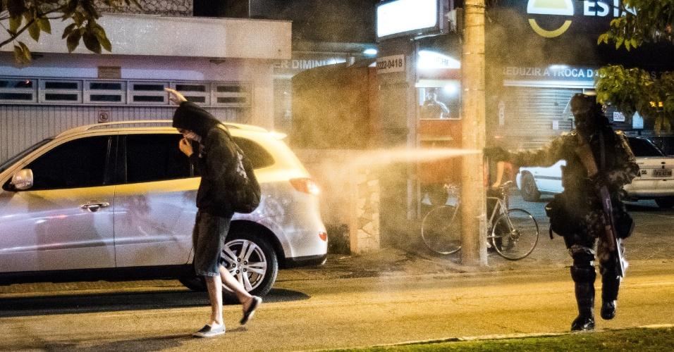 3.set.2016 - Policial aciona spray contra manifestante durante ato contra o governo de Michel Temer no Largo da Alfândega, centro de Florianópolis (SC). Houve confronto entre manifestantes e agentes da Polícia Militar
