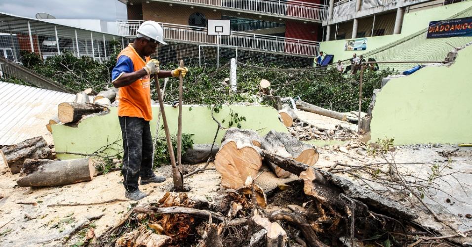 21.out.2016 - Funcionário trabalha para remover galhos de árvores que caíram na quadra do Colégio Adventista, na rua Frasisco Mainardi, após forte chuva na noite desta quinta-feira (20), em São Paulo