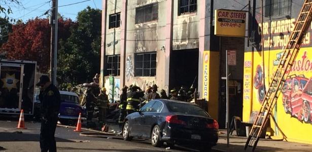 Bombeiros inspecionam armazém após incêndio durante festa na sexta-feira (2)