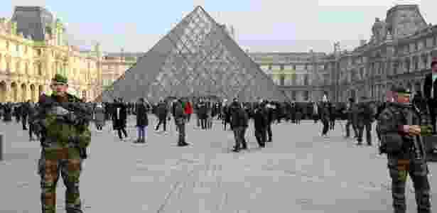 30.dez.2016 - Soldados montam guarda no Museu do Louvre, em Paris. O país reforçou o efetivo de segurança para o Réveillon, com mais de 90 mil policiais e militares em todo o território francês. - Xinhua/Panoramic/ZUMAPRESS
