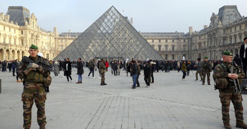 30.dez.2016 - Soldados montam guarda no Museu do Louvre, em Paris. O país reforçou o efetivo de segurança para o Réveillon, com mais de 90 mil policiais e militares em todo o território francês.