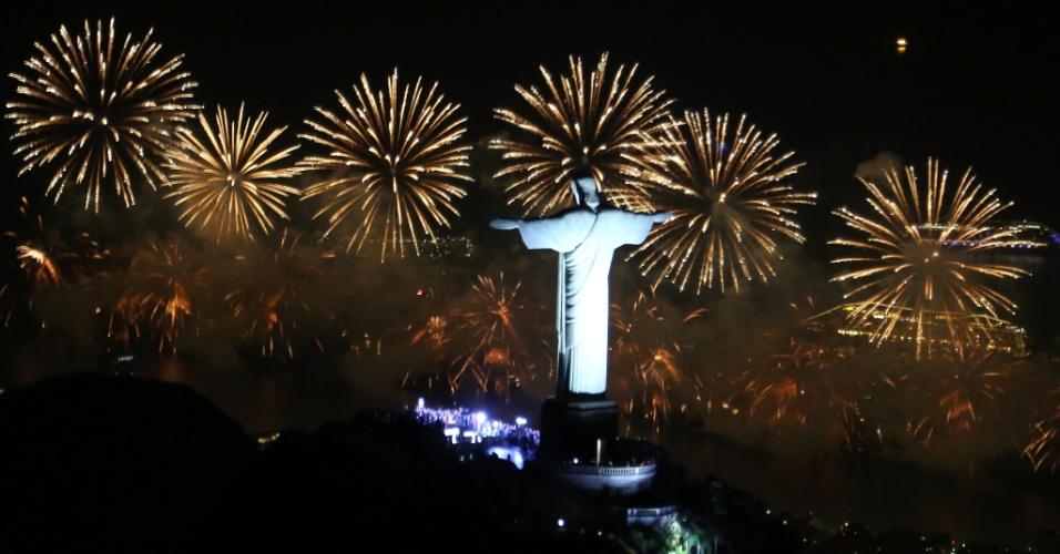 1.jan.2017 - Monumento do Cristo Redentor em meio à queima de fotos em comemoração à passagem de 2016 para 2017, no Rio de Janeiro