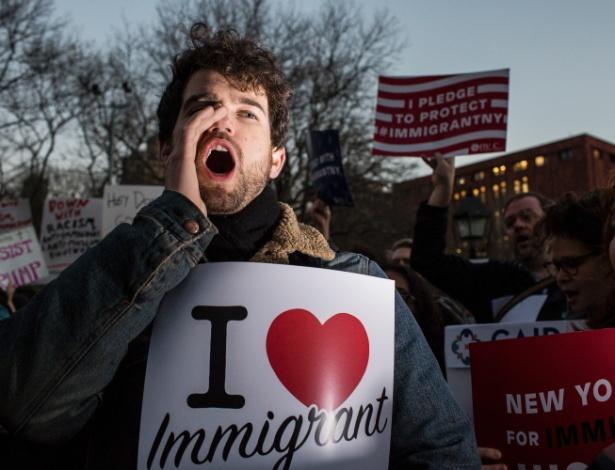 Manifestantes protestam na Washington Square Park, em Nova York, contra ordem executiva do presidente Donald Trump que retira financiamento às chamadas cidades-santuário