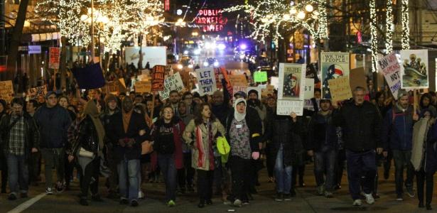 Manifestantes marcham em Seattle durante protesto contra decreto de Donald Trump que impede a entrada de refugiados nos EUA - David Ryder/ Reuters