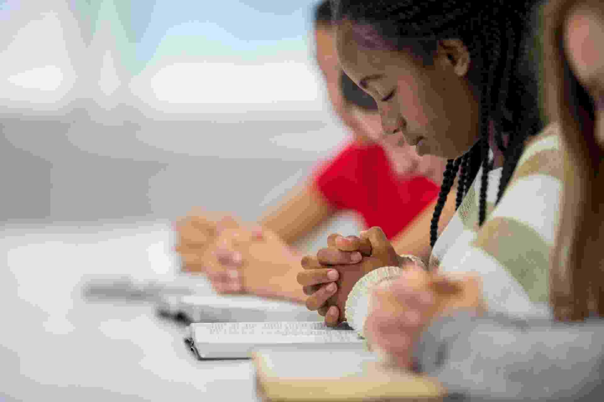 Bíblia Sagrada; leitura; oração; prece; menina rezando; fé - iStock/Getty Images