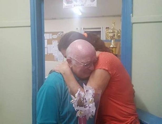 O professor Luiz Antônio Jarcovis, de 64 anos, foi aplaudido por um corredor de alunos quando se aposentou