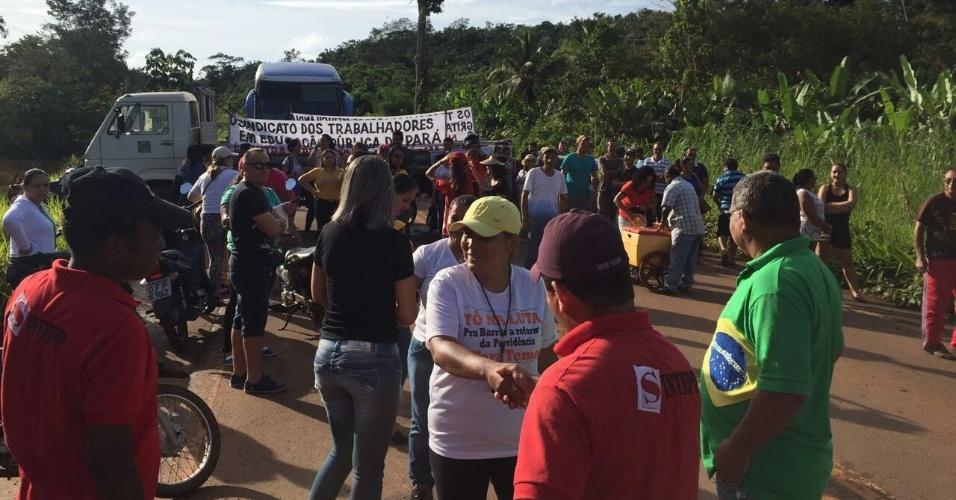 28.abr.2017 - Manifestantes bloqueiam a rodovia Transamazônica, no município de Uruará, região sudoeste do Pará