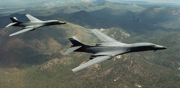 Imagem de arquivo mostra voo de dois bombardeiros B-1B Lancer