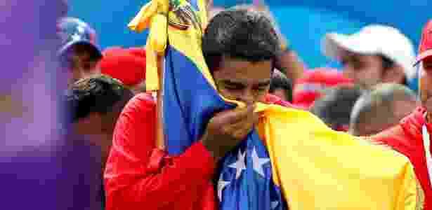 27.jul.2017 - O presidente da Venezuela, Nicolás Maduro, beija a bandeira venezuelana durante evento em Caracas - Carlos Garcias Rawlins/Reuters - Carlos Garcias Rawlins/Reuters
