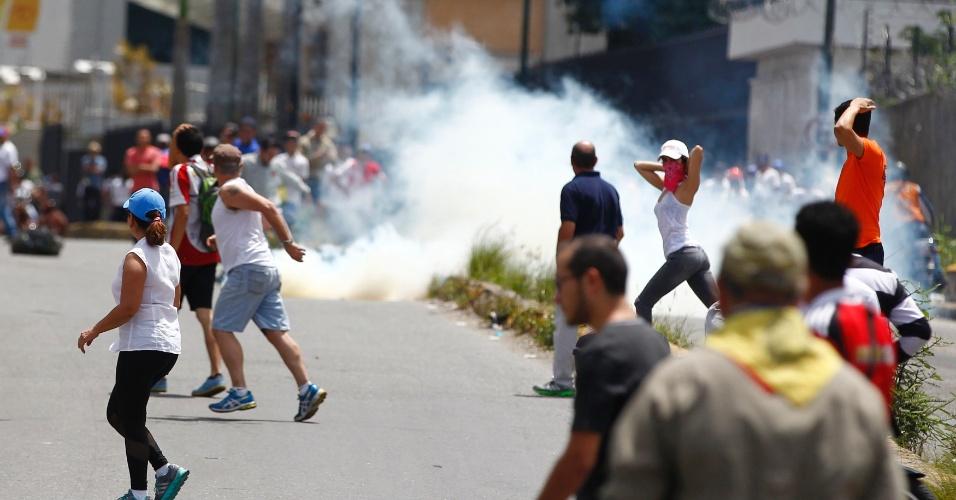 30.jul.2017 - Opositores em conflito contra eleições na Venezuela