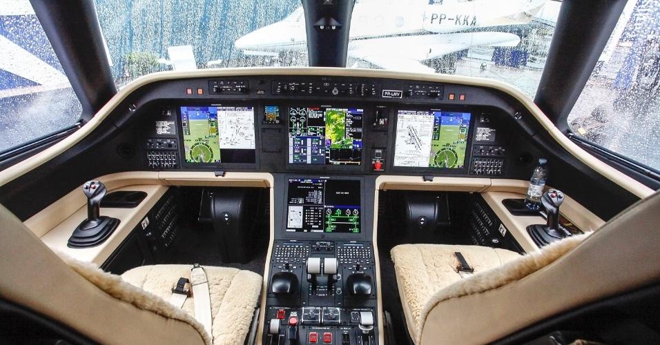 A cabine de pilotos do Legacy 450 é a mais moderna da categoria. A Embraer foi a primeira fabricante a adotar o sistema fly-by-wire de controle eletrônico dos comandos em jatos desse porte. Com isso, o tradicional manche do tipo volante foi substituído pelo sidestick, ao lado dos pilotos. O Legacy 450 é avaliado em US$ 16,5 milhões (R$ 52,2 milhões)