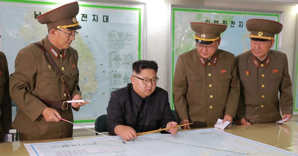 14.ago.2017 - O líder norte-coreano Kim Jong-un inspeciona estratégia militar em seu país