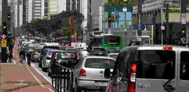 Alguns semáforos da avenida Paulista pararam de funcionar após interrupção no fornecimento de energia. O problema causou trânsito intenso e outros transtornos - Fábio Vieira/Fotorua/Estadão Conteúdo