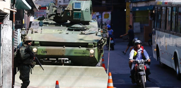 11.out.2017 - Com blindados de guerra, militares patrulham ruas da Rocinha