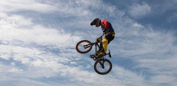 Atleta salta durante a prova de bicicross