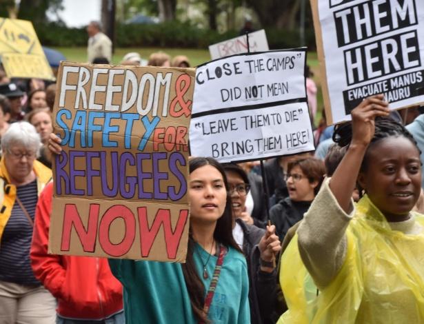 4.nov.2017 - Manifestantes seguram placas em protesto contra a forma como o governo australiano trata a crise dos refugiados