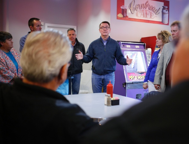 O prefeito Jim Gray, de Lexington, durante uma parada de campanha em Frenchburg. Os distritos suburbanos, uma vez dominados pelos republicanos, estão buscando candidatos democratas para se opor ao presidente Donald Trump - LUKE SHARRETT/NYT