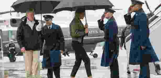 A primeira-dama dos EUA, Melania Trump, caminha com sapatos de salto alto para avião da Força Aérea americana - DOUG MILLS/NYT