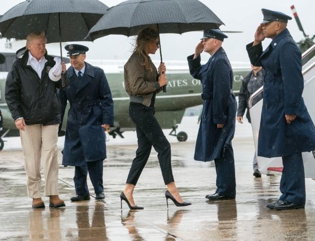 A primeira-dama dos EUA, Melania Trump, caminha com sapatos de salto alto para avião da Força Aérea americana