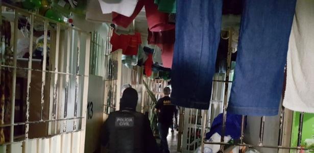 Agentes da Polícia Civil caminham em unidade prisional de Anápolis (GO)