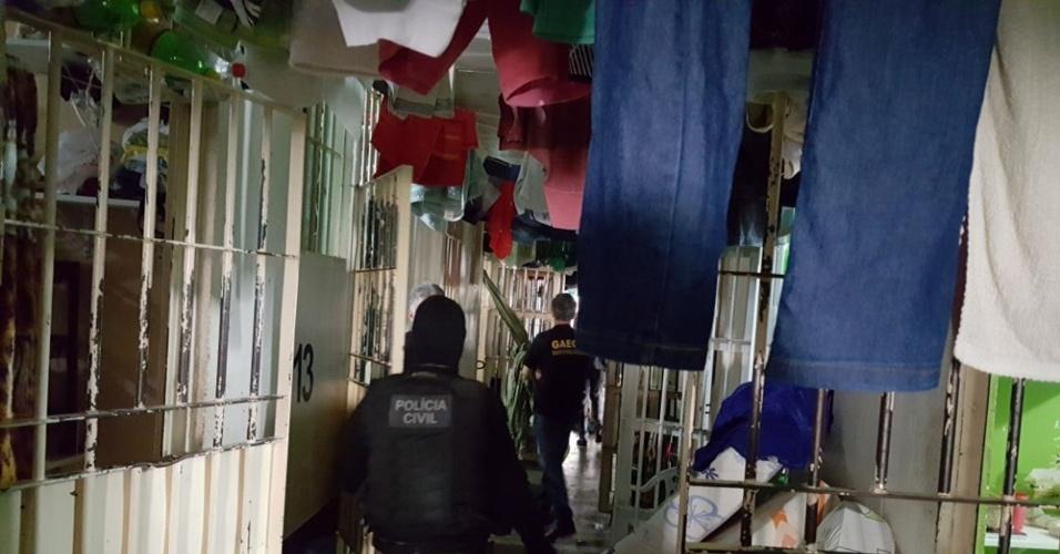 12.jan.2018 -- Em novembro, policiais civis cumpriram mandados de buscas e apreensão da Operação Regalia no presídio de Anápolis,