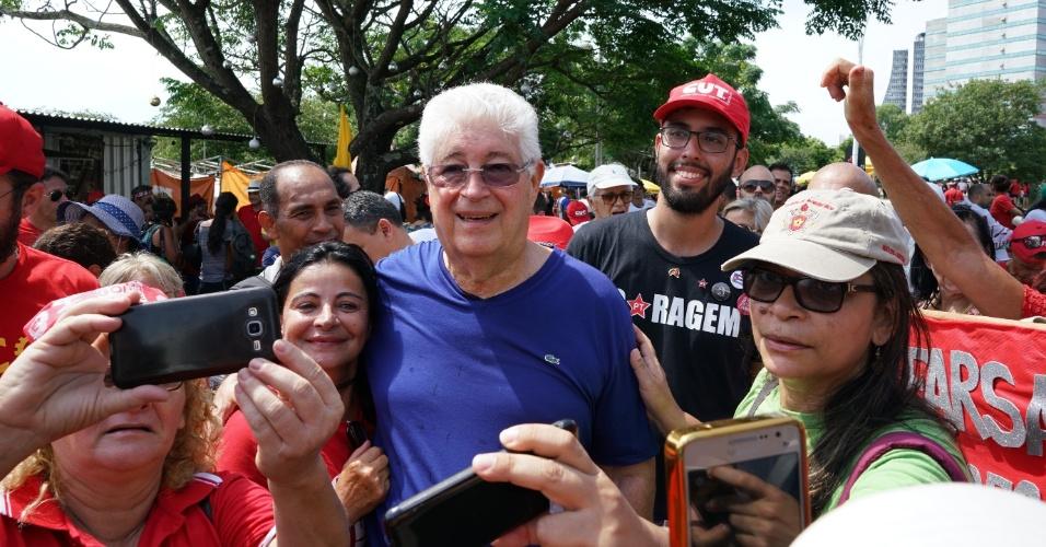 Senador Roberto Requião (PMDB-PR) participa da manifestação a favor de Lula nas proximidades do Anfiteatro Pôr-do-Sol.