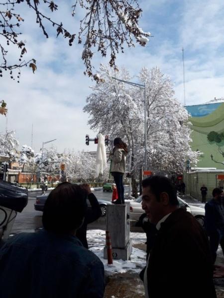 Mulher tira véu em praça pública de Teerã, no Irã - Twitter/@AlinejadMasih