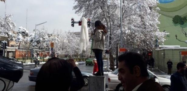 29.jan.2018 - Mulher tira véu em praça pública de Teerã, no Irã