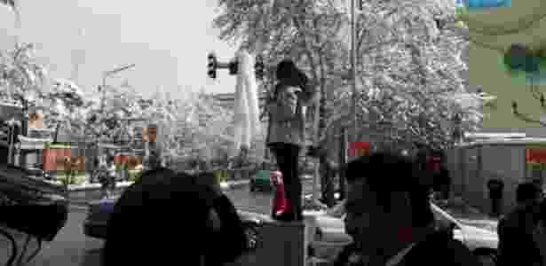 29.jan.2018 - Mulher tira véu em praça pública de Teerã, no Irã - Twitter/@AlinejadMasih