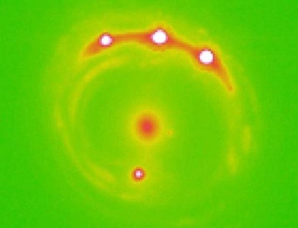 Microlente está no centro, entre quatro planetas extragalácticos recém-descobertos - Divulgação