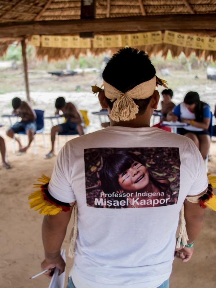 Alunos ka'apor em sala de aula do professor Misael em aldeia indígena no Maranhão