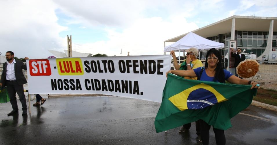 22.mar.2018 - Pequeno grupo de manifestantes protesta frente ao prédio do Supremo Tribunal Federal (STF), em Brasília, pedindo a prisão do ex-presidente Luiz Inácio Lula da Silva, nesta quinta-feira, 22