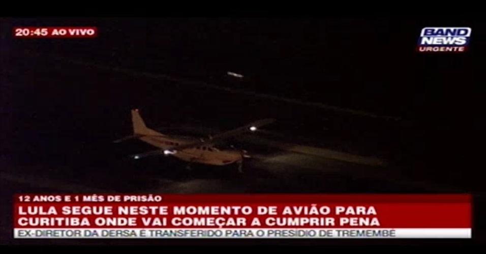 7.abr.2018 - Às 20h45 deste sábado (7), ex-presidente Luiz Inácio Lula da Silva embarcou de São Paulo para Curitiba, onde se apresenta à Polícia Federal