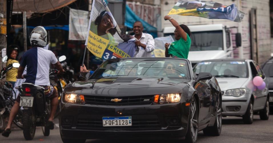 O candidato a deputado estadual do Rio de Janeiro, Chiquinho Mestre-Sala fez carreata nas ruas próximas ao Complexo do Alemão