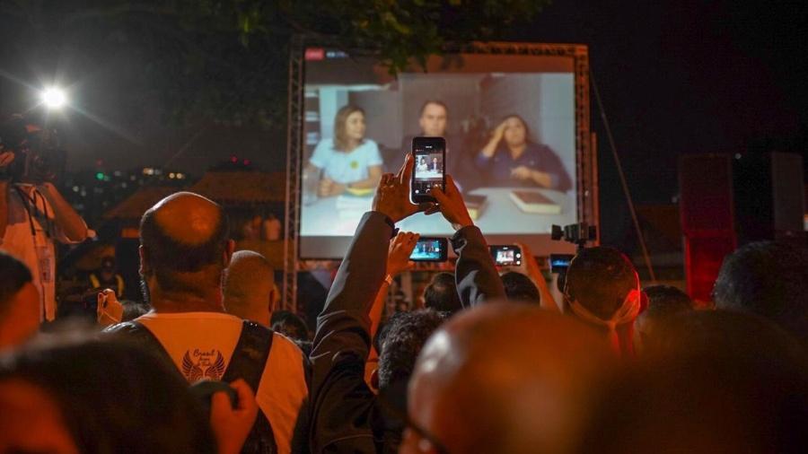 Apoiadores de Bolsonaro acompanham pronunciamento do presidente eleito na Barra da Tijuca, no Rio de Janeiro - Avener Prado/Folhapress