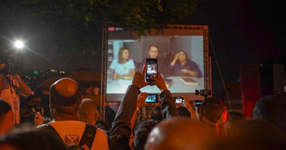 28.out.2018 Apoiadores de Bolsonaro acompanham pronunciamento do presidente eleito na Barra da Tijuca, no Rio de Janeiro