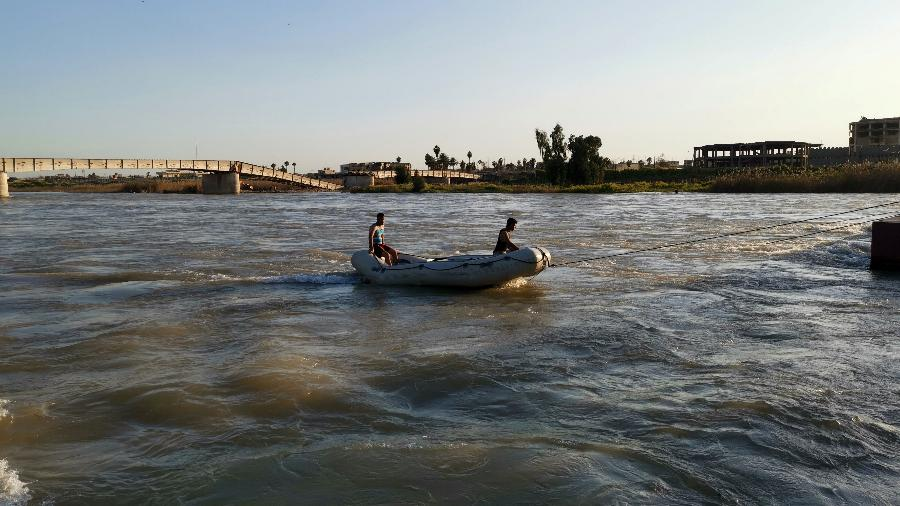 21.mar.2019 - Resgate iraquiano procura por sobrevivente do naufrágio no rio Tigre - Stringer/Reuters