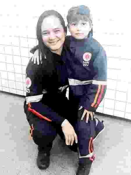 A enfermeira Tânia Rodrigues Furtado, instrutora do Samuzinho, com o menino Walter Neto - Divulgação/Samu