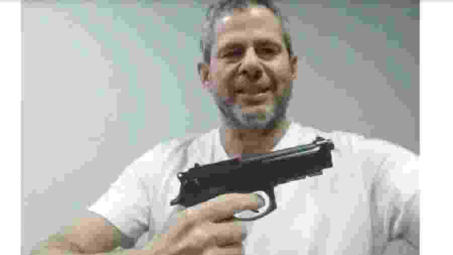 Dario Messer exibe arma na fazenda de Antonio Joaquim da Mota, fazendeiro e empresário na fronteira entre Brasil e Paraguai, segundo a Lava Jato - Reprodução