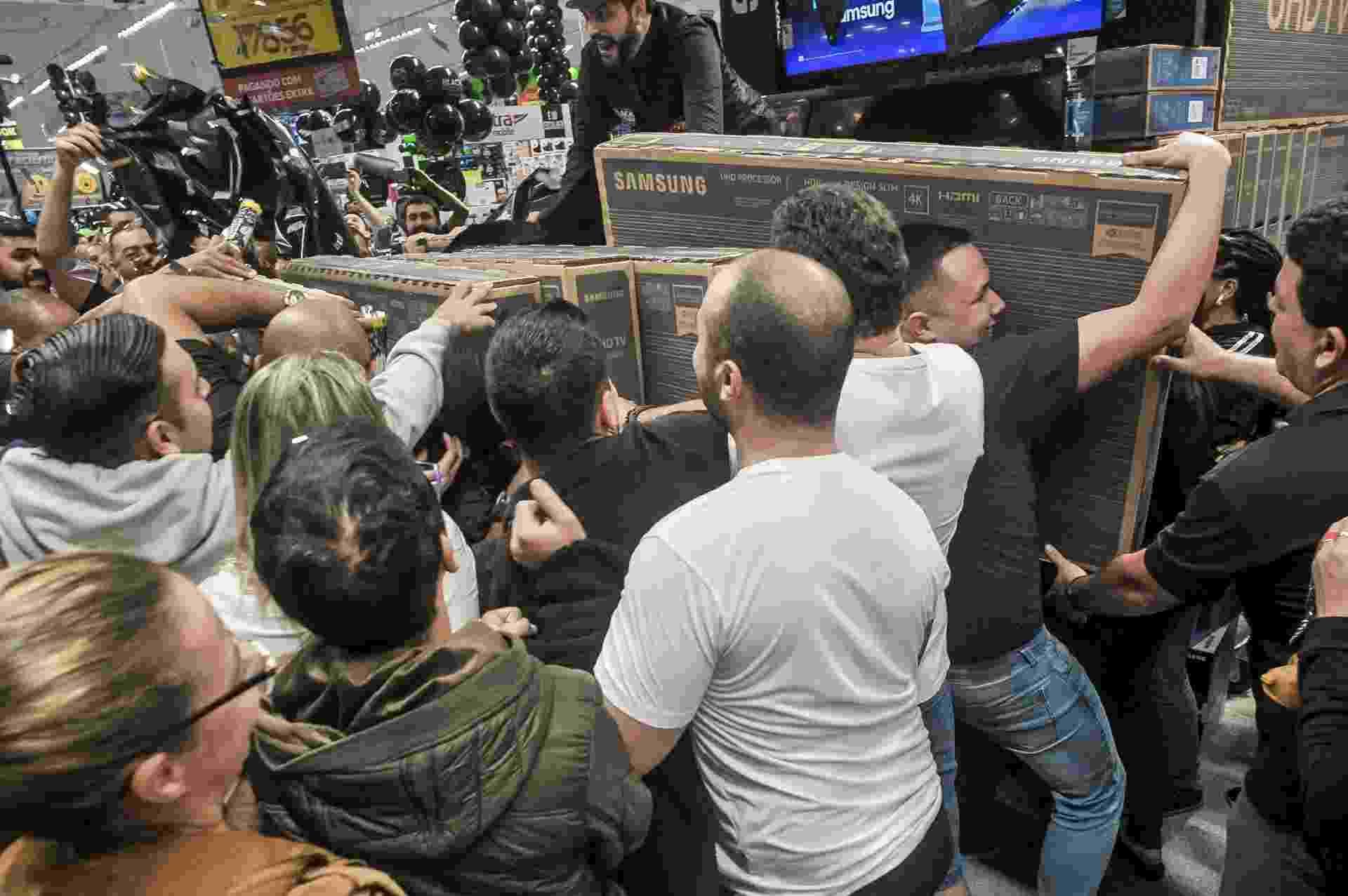 Clientes disputam TVs em oferta na Black Friday, que começou já na noite de quinta-feira em algumas lojas - Reinaldo Canato/UOL