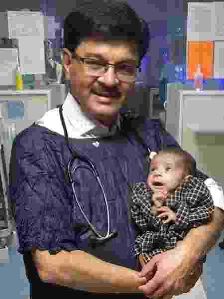 O pediatra Ravi Khanna diz que a garota já aceita mamadeira e agora está totalmente saudável - Dr Ravi Khanna - Dr Ravi Khanna