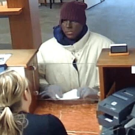 Homem rouba banco nos EUA usando blackface - Reprodução