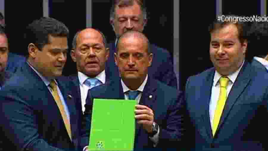 Onyx Lorenzoni, ministro-chefe da Casa Civil, entrega mensagem do presidente Jair Bolsonaro para a abertura dos trabalhos do Congresso em 2020 - TV Senado/Reprodução