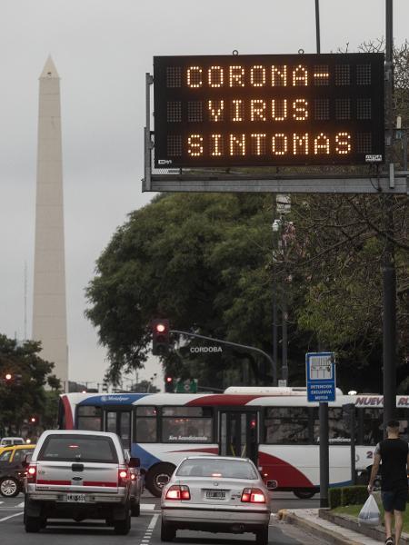 Placa sinaliza sintomas de coronavírus para alertar população na Avenida 9 de julho, uma das mais movimentadas de Buenos Aires - Xinhua/Martín Zabala